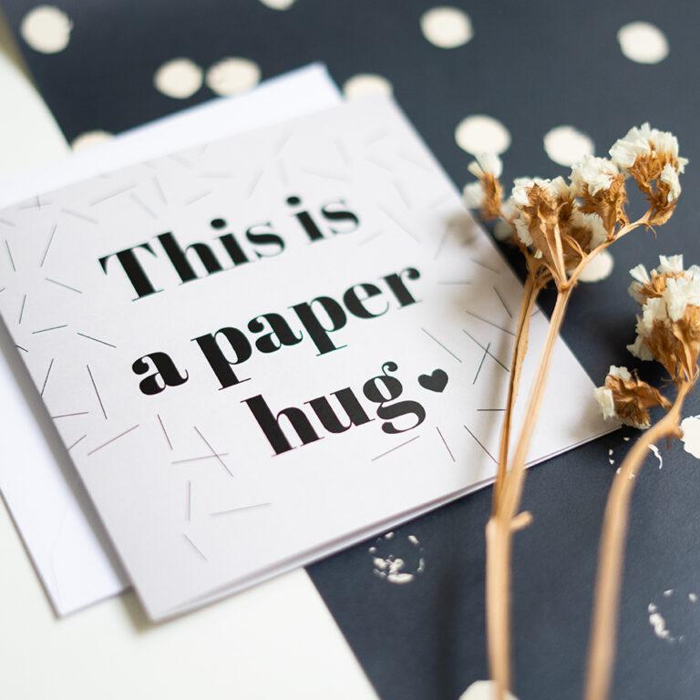 Dubbele kaart met de tekst: 'This is a paper hug'